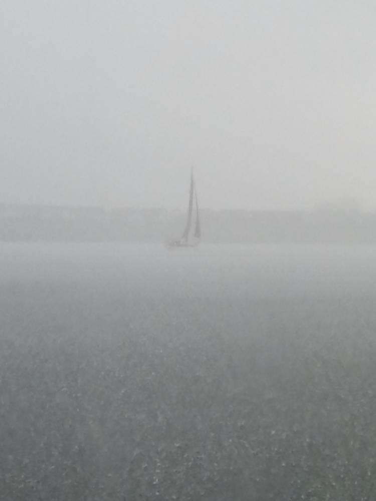 Zeilboot_in_regen.jpg